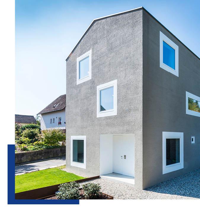 Grau verputzte Außenfassade mit Produkten von Schwarz & Sohn
