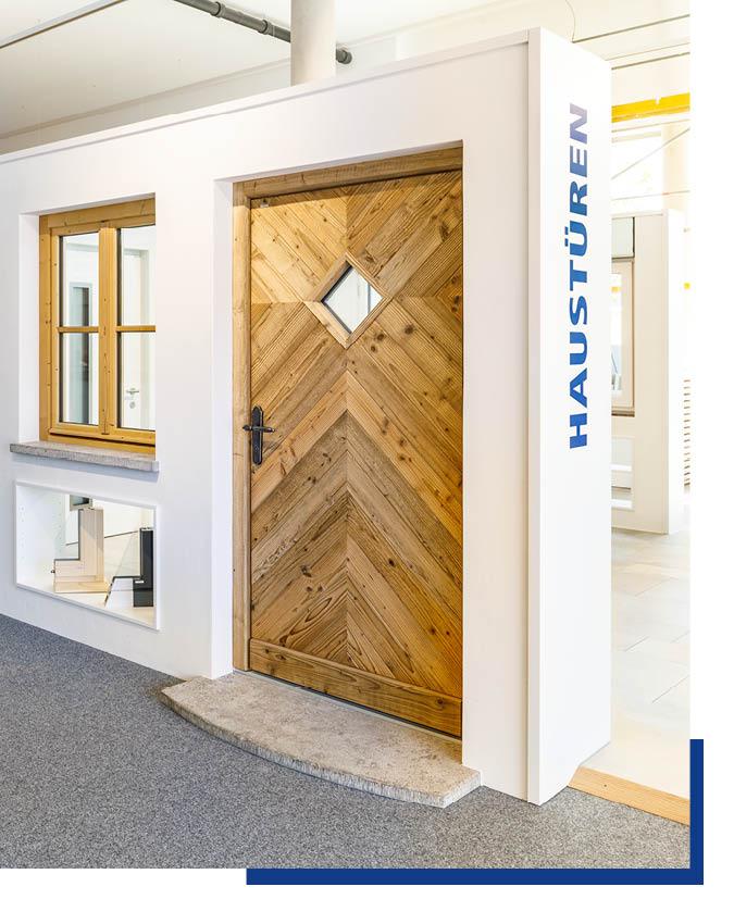 Haustür in Altholzoptik in der Ausstellung bei Schwarz & Sohn in Traunstein